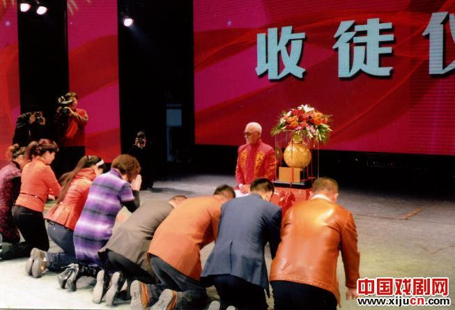 图为王中堂正在接受徒弟们的拜师礼,跪拜者包括国家一级演员董连海等