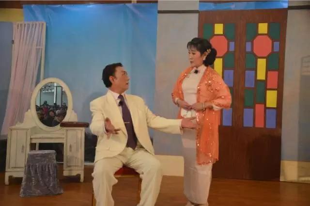 2016年2月18日下午,新虹民乐沪剧团在爱博一村会所进行大型沪剧《遗恨》演出。本次演出的演员也是民乐沪剧团中演技精湛的本地居民,演出开始前现场早已坐无缺席。沪剧《遗恨》讲述了三十年代初的旧上海,发生的一段人间善恶悲欢。在长达两个多小时的演出中让戏迷们饱足了戏瘾,沪剧团全体人员在演出的过程中那满腔激情的唱腔,精彩的演技和观众互动的情景得到社区居民观众的阵阵掌声和赞美。 发扬传承传统戏曲文化,推进社区群众文化发展,打造社区居民最喜爱的新虹本土特色沪剧品牌,民乐沪剧团与新虹文化中心也会在今年推出一系列更精彩的