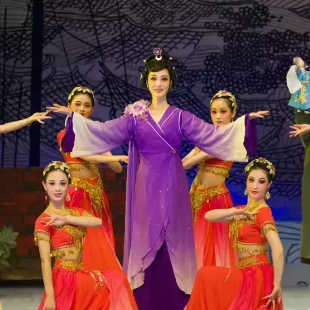 服装设计是福建省芳华越剧团的主任舞台技师穆丽华.
